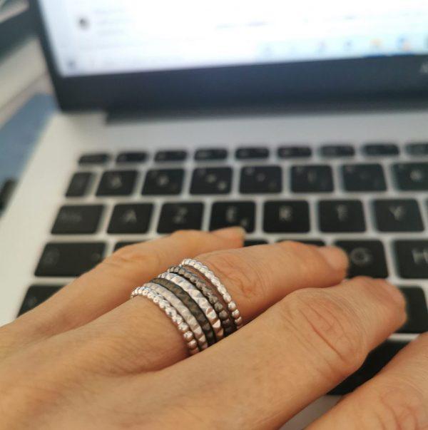 Bagues anneaux argent portées ensemble