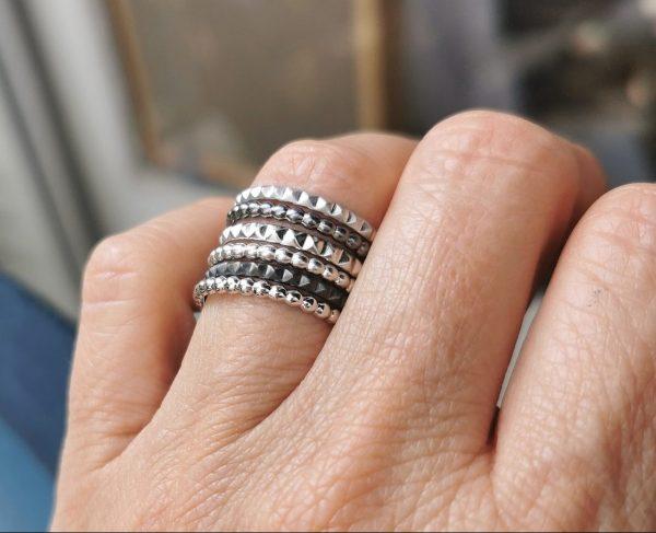 Bagues anneaux portées ensemble
